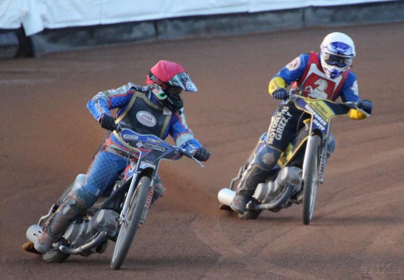 Michael Hádek (červená) Josefa Nováka za svými zády neustrážil a tak do finále postoupil jen jako náhradník