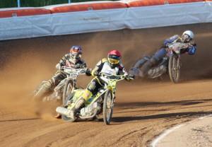 Michal Škurla (červená) bojuje s Romanem Čejkou (modrá), za nimi jede Michael Hádek