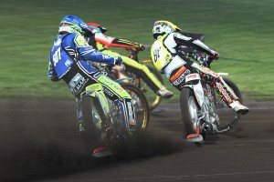 Krzysztof Kasprzak (modrá) zůstává trčet za Niels Kristianem Iversenem (žlutá) a Michaelem Jepsenem Jensenem (červená)