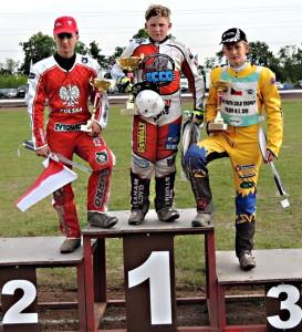 Marcin Turowski, Kyle Bickley a Wiliam Kruit stojí na stupních vítězů