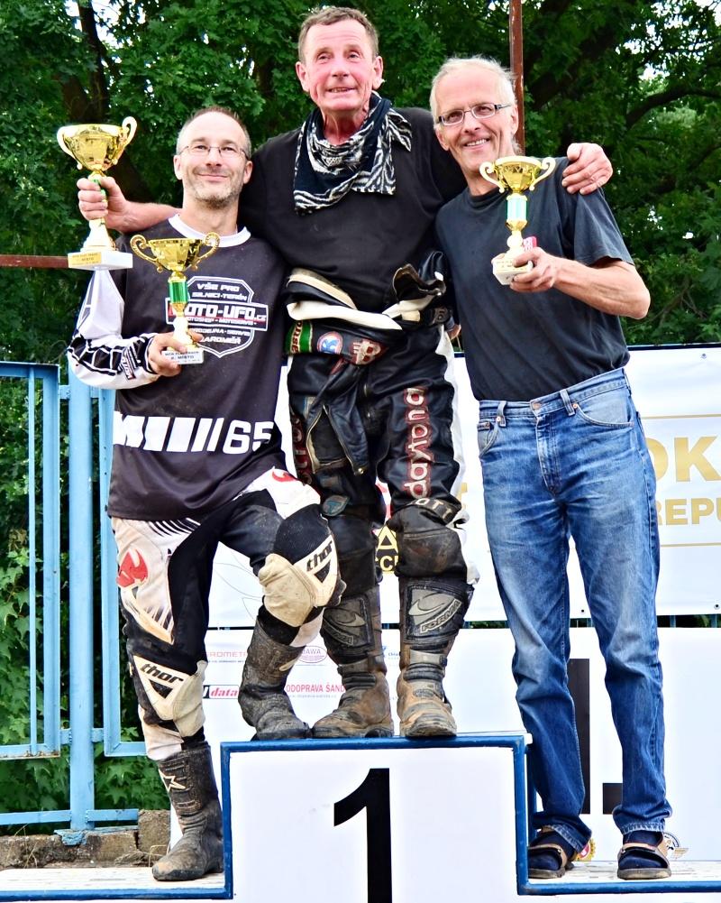 Stanislav Pavelka, František Chvojka a Jiří Kozák na stupních vítězů veteránského poháru