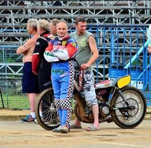 Karel Kadlec prožíval hektické období, než se mohl posadit do sedla motocyklu s vypůjčeným motorem, který na snímku drží Roman Tomany