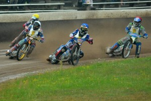 Martin Málek (bílá) letí do čela první jízdy před Michaela Härtela (modrá), Patrika Mikela (žlutá) a Ronnyho Weise (červená)