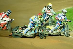 Michal Škurla (bílá) se v sedmé jízdě pere o vedení s Fredrikem Engmanem (červená), Adrianem Cyferem (modrá) a Emilem Grondalem (žlutá)