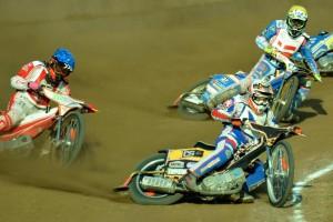 Zdeněk Holub na cestě k vítězství v šesté jízdě před Krystianem Pieszczekem (modrá) a Fredrikem Jekobsenem (žlutá)