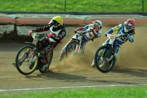 Patrick Hansen (žlutá) bojuje s Joelem Anderssonem (červená) a Zdeňkem Holubem (bílá)