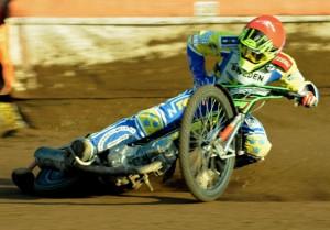 Pád Fredrika Engmana v poslední zatáčce sedmnácté jízdy stál Švédy titul