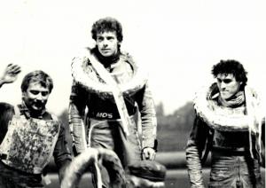 Z nastupující generace se jako první mezi seniory začal prosazovat Antonín Kasper - na snímku nad Petrem Ondrašíkem a Zdeno Vaculíkem po svém triumfu v MR v Praze v květnu 1984