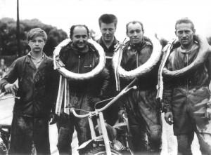 Chlapci, který na snímku nalevo pózuje fotografovi po boku Pavla Mareše, Stanislava Dvořáka, Antonína Kaspera a Luboše Tomíčka, je souzeno být prvním českým vítězem Zlaté přilby - není jim totiž nikdo jiný než Milan Špinka