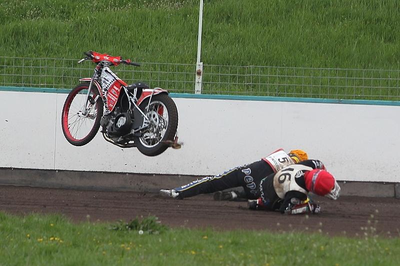 V patnácté jízdě prasknul Martinu Gavendovi podruhé sekundární řetěz a Josef Novák se mu už nestačil vyhnout