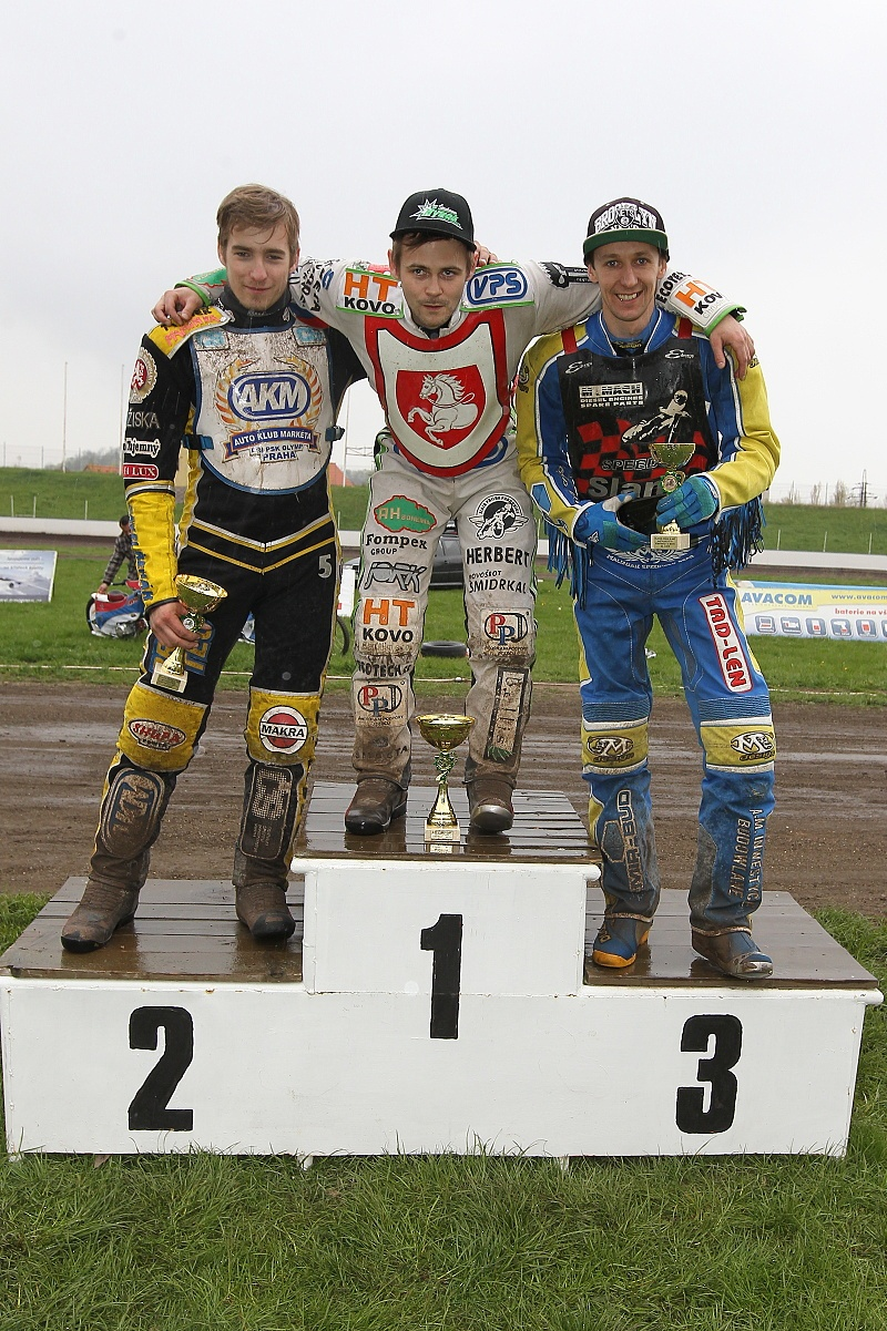 Michal Škurla, neporažený Hynek Štichauer a Piotr Dziatkowiak stojí na stupních vítězů