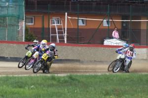 Michal Škurla (15) míří do čela třetí jízdyd před Rodnyeho McDonalda (16), Klause Petera Gerdemanna (18), Hynka Štichauera (červená) a Michael Hádka (modrá)
