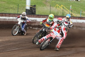 Pawel Przedpelski (červená) jde do vedení před Erika Risse (žlutá), Zdeňka Holuba (bílá) a Viktora Kulakova (modrá)