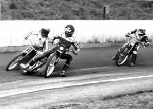 Při repete čtvrté jízdy byli vpředu Josef Fejfar (vlevo) a Vladimír Kalina, zatímco Jan Holub jel až za nimi