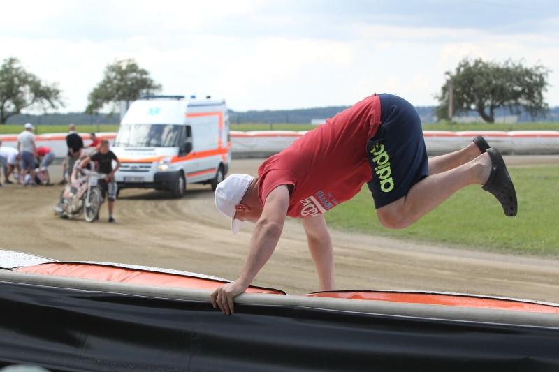 Při pomoci zraněným závodníkům předvádějí mechanici mnohdy akrobatické kousky, natož pak Josef Franc!