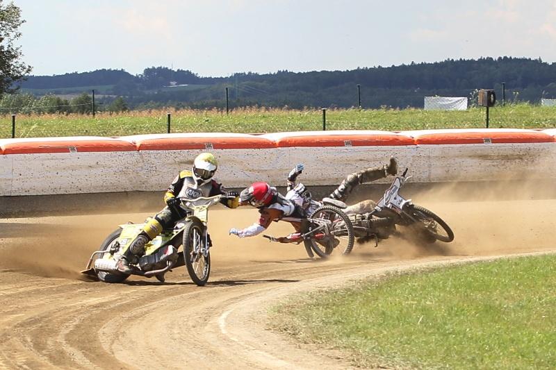 Za zády vedoucího Michala Škurly (žlutá) padají Filip Hájek (červená) a Ján Mihálik