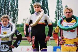 Tomáš Suchánek hned ve své první sezóně 1999 útočil na titul - první závod vyhrál v květnu ve Slaném, kde na snímku ze Slaného stojí nad Josefem Francem (vlevo) a Romanem Andrusivem