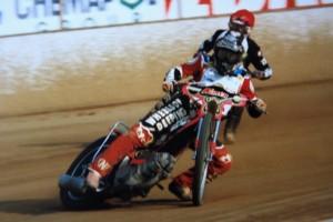 Zdeněk Tesař v sedle motocyklu Mariána Jirouta ujíždí Robertu Kesslerovi