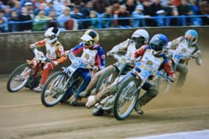 Po startu malého finále jedou vedle sebe Chris Manchester, Rinat Mardanšin, Václav Milík a Bohumil Brhel, za nimi je Zdeněk Schneiderwind