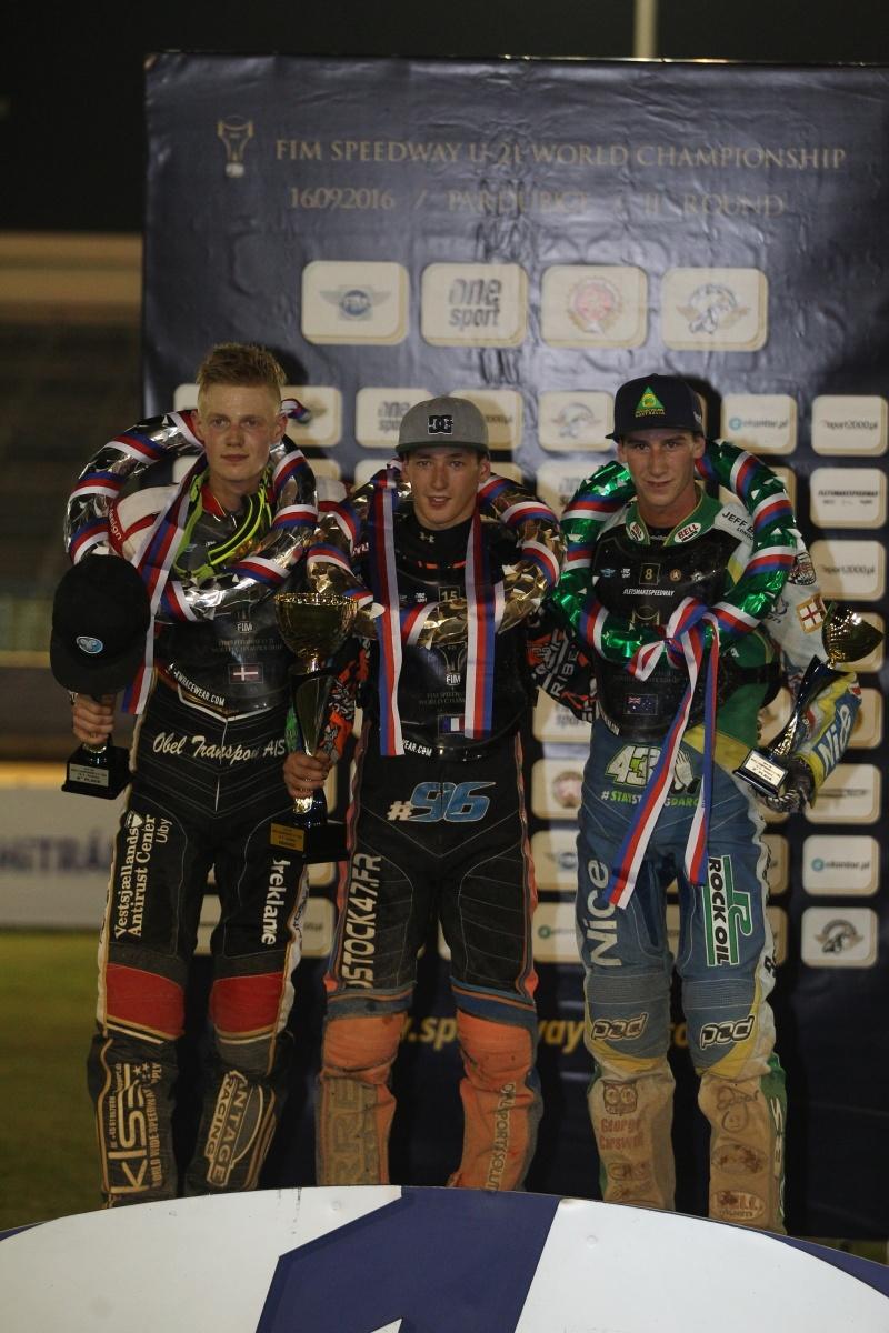 Patrick Hansen, Dimitri Berge a Max Fricke na stupních vítězů