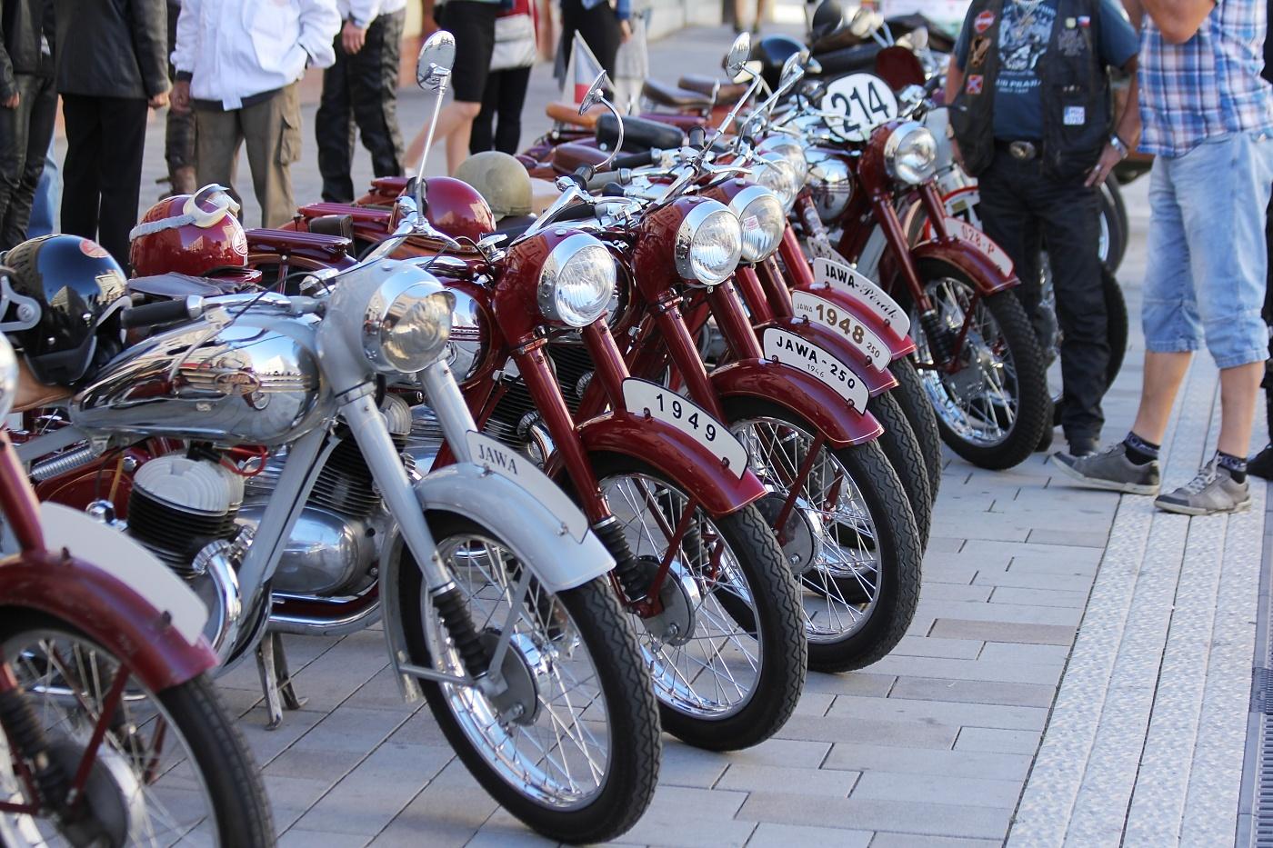 Motocykly Jawa Pérák stojí  na odiv všech přítomných