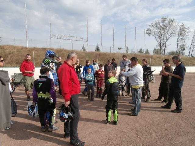 Obligární hemžení na rovince velké dráhy při Štancl Speedway Academy