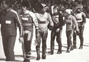 Semifinále ledařského mistrovství světa v Inzellu, únor 1980 - Jiří Svoboda kráčí na nástup za Stanislavem Dykem a Vratislavem Kotkem a před Jiřím Jiroutem a Janem Vernerem