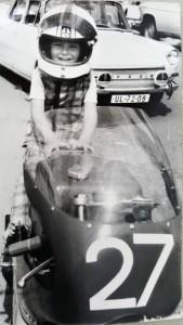Na tátově silničním motocyklu někdy roku 1972