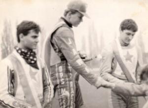 Mladíci, kteří se v půli dubna 1989 sešli na pódiu Ceny Avie v Čakovicích, měli ještě pár kapitol v naší plochodrážní historii napsat - zleva František Liebezeit, Robert Ráliš a Jan Hruška