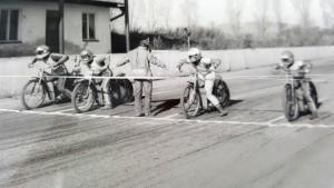 Na ochozech ve Mšeně není ani noha, jede se finále tréninkového závodu, přesto Jan Holub, Jan Schinágl, Bořivoj Hádek a Jan Švestka budou závodit jako o titul mistra světa