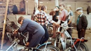 Taktická porada ve starých pardubických boxech v říjnu 1984 před juniorskou předkvalifikací