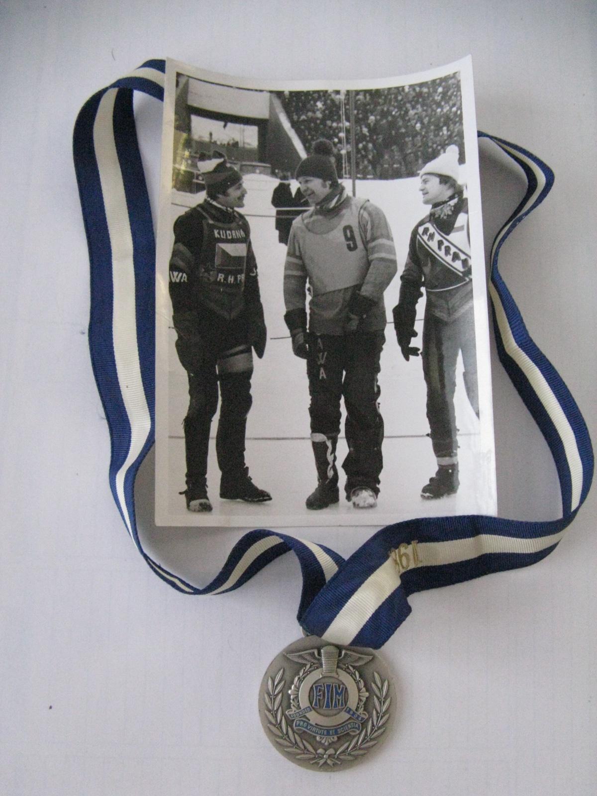 Stříbrná medaile z Kalininu 1982 společně se snímkem Zdeňka Kudrny, Milana Špinky a Jiřího Svoboda z nástupu