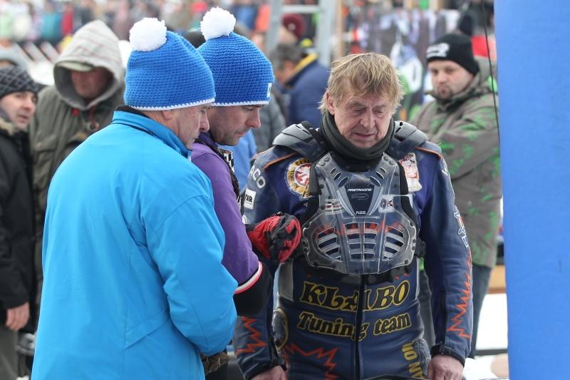 Jan Klauz, který na snímku diskutuje s Lukášem Volejníkem a jeho otcem, přišel o body kvůli utrženému ventiklu