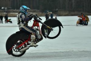 Jan Klauz si užívá triumf v rozjezdu, zatímco motocykl Markuse Jella vedou mechanici do depa