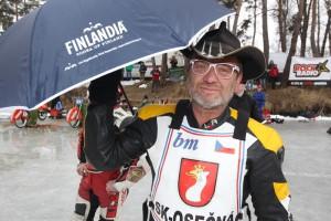 Šprýmař Jan Pecina si vzal na nástup deštník, který dostal včera v Mělicích