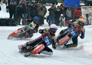 Lukáš (bílá) a Radek Hutlovi (žlutá) ujíždějí Robertu Růžičkovi (modrá) s Davidem Lizákem (červená)