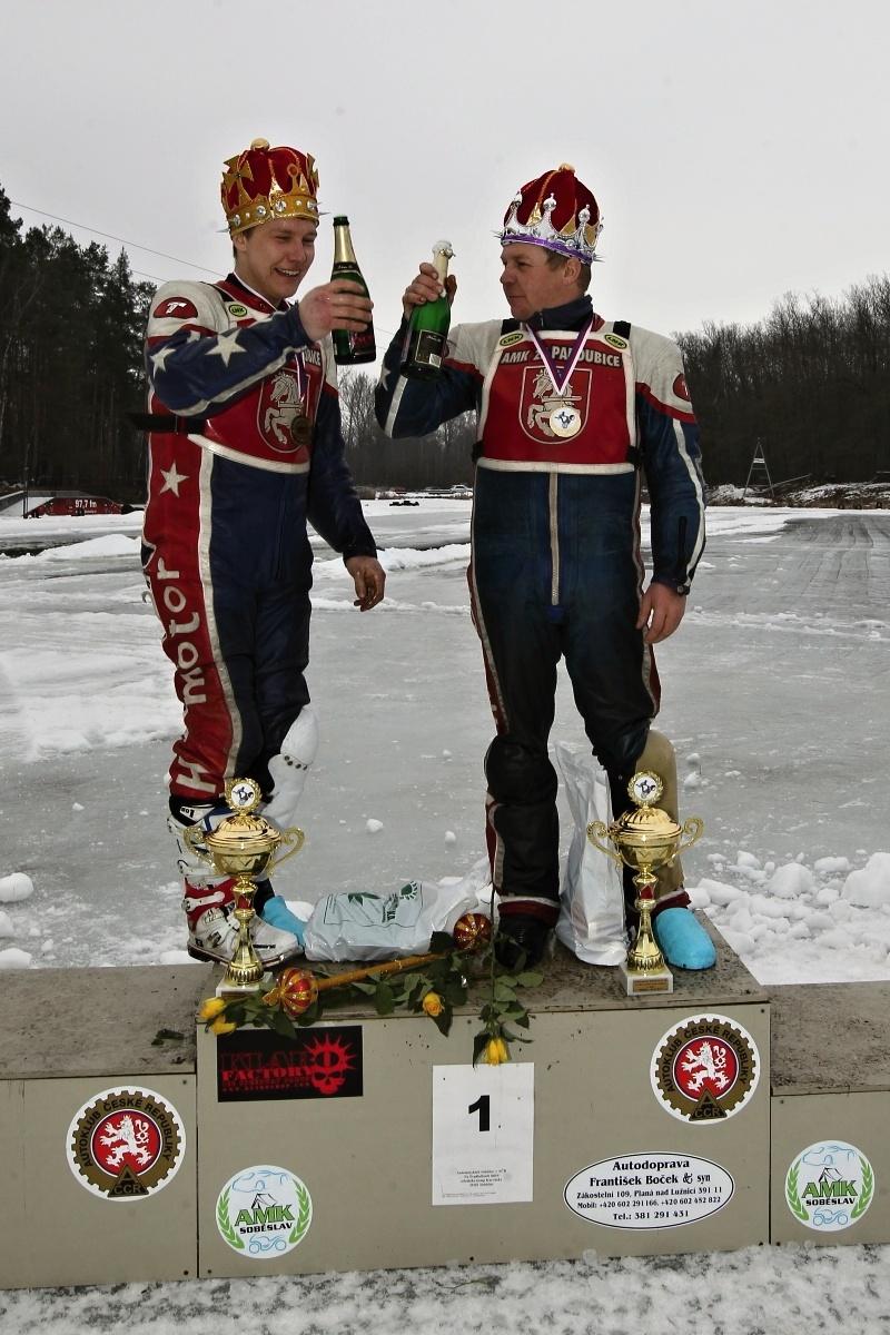 Radek a Lukáš Hutlovi si na nejvyššímu stupínku soběslavského pódia připíjí na svůj titul