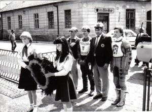 V sedemdesiatych a osemdesiatych rokoch minulého storočia patrilo k pretekom kladenie venca na Námestí SNP. Na obrázku sprava Jiří Štancl, tajomník pretekov Milan Macko, Pavol Tonhauzer a technický komisár Anton Otrh v roku 1984