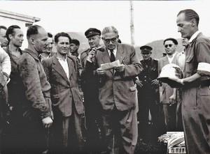 Žarnovicou kráčely plochodrážní dějiny - Hugo Rosák na snímku čeká, až se komunistický tajemník vypodívá, ale jeho pohled již míří ke stříbrné přilbě,kterou vyhrál