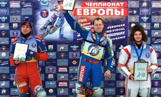 Eduard Krysov, Nikolaj Krasnikov a Dmitrij Soljanikov stojí na stupních vítězů