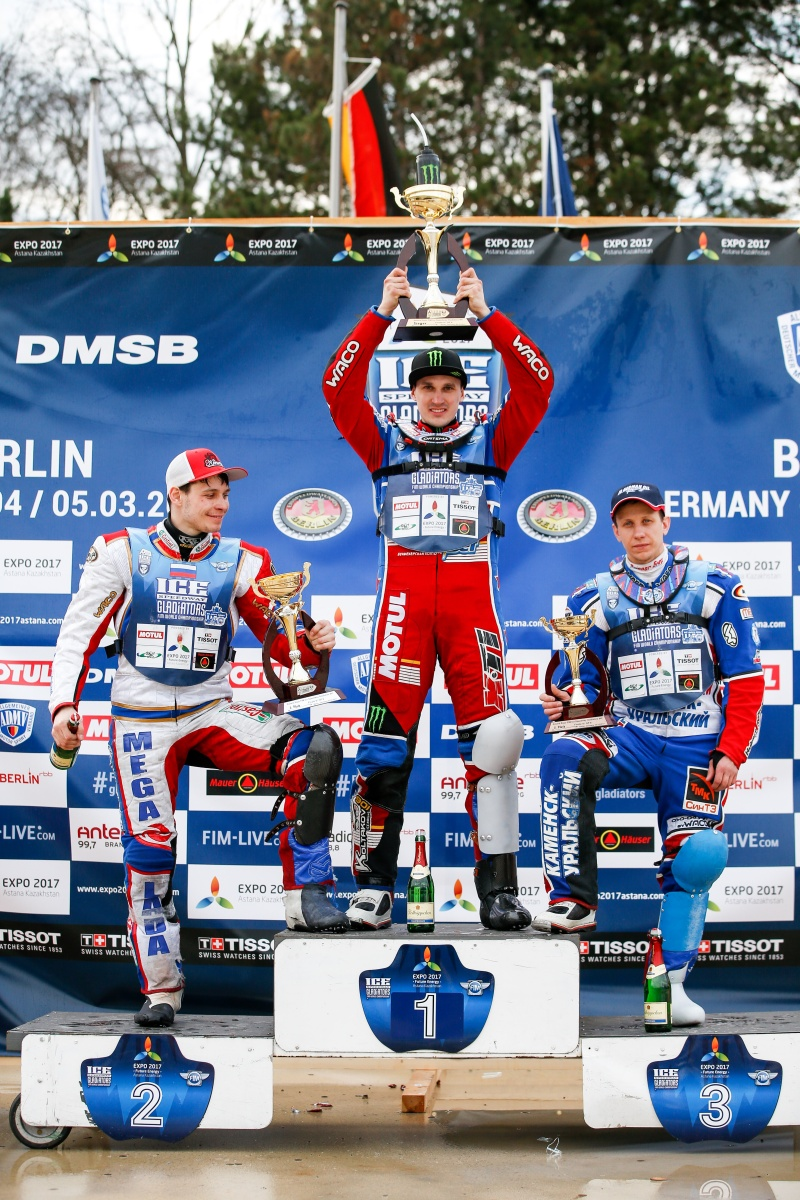 Igor Kononov, Dmitrij Koltakov a Dmitrij Chomicevič stojí na stupních vítězů