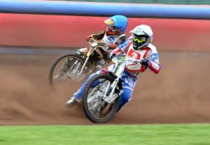 V osmé jízdě Tomáš Suchánek (bílá) udolal pouze Martina Málka (modrá)