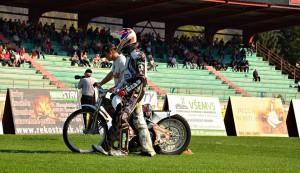 Jozef Mihálik kráčí do depa po boku svého bratra Jána s jeho ztichlým motocyklem