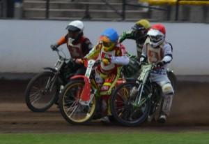 Václav Milík (modrá) letí do čela patnácté jízdy před Hynka Štichauera (červená), Martina Mejtského (bílá) a Michala Dudka (žlutá)