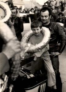 Píše se rok 1974 a bude msuet uběhnout ještě hodně vody, než si Jaroslav Pták vymění v sedle silničního motocyklu místo se svým synem