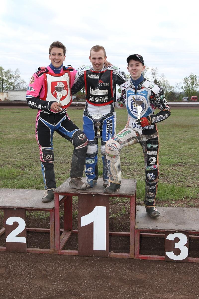 Patrik Mikel, Eduard Krčmář a Ján Mihálik stojí na stupních vítězů