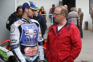 Zdeněk Simota, který si na snímku povídá s Petrem Vandírkem, doplatil na přísné vyloučení v semifinále