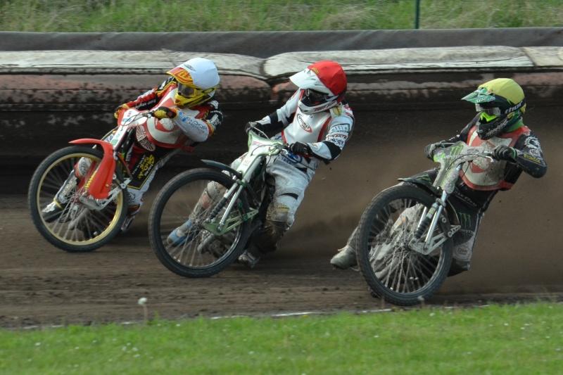 Hynek Štichauer (červená) se ve finále snaží proniknout mezi Václavem Milíkem (bílá) a Tomášem Suchánkem (žlutá)