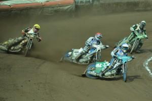 Jason Doyle (modrá) a Zdeněk Simota (červená) se právě dostali před Martina Málka (žlutá) s Michalem Dudkem (bílá)