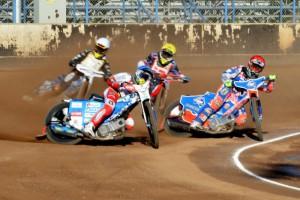 Maksym Drabik (modrá) vede před Brady Kurtzem (červená), Jonasem Jeppesenem (žlutá) a Nickem Škorjou (bílá)